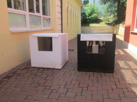 Mi smo krenuli i korak dalje - obojali smo kućice crnom, odnosno bijelom bojom